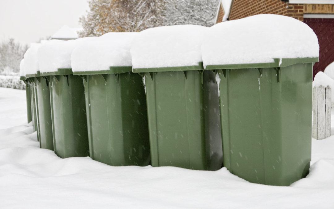 Autathan jätteenkuljettajaa – umpihanki ja jäätyneet astiat hidastavat tyhjennyksiä