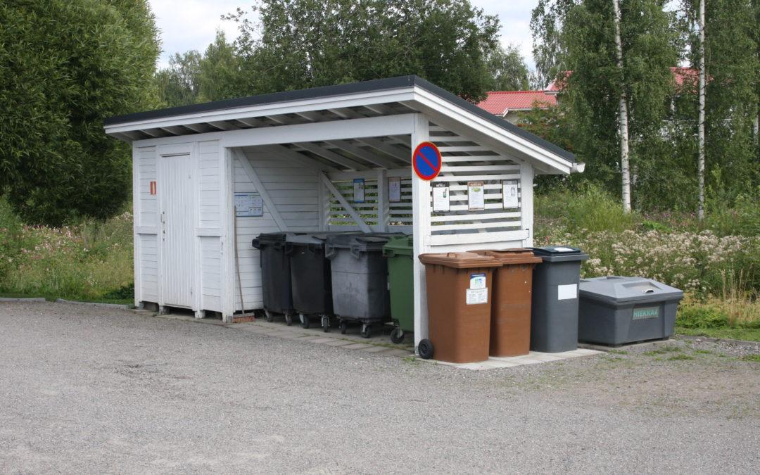 Taloyhtiön jätekatos, jossa useita erilaisia jäteastioita